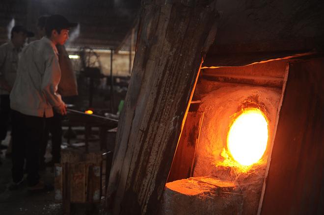 Thủy tinh được nấu trong lò đun bằng than
